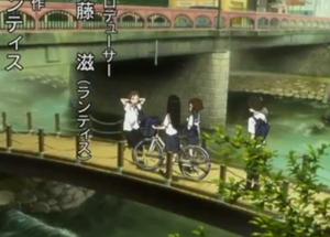アニメ「氷菓」第1クールオープニング えるが自転車を体の右において歩いている