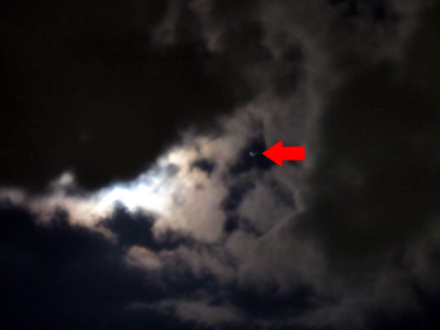 月(左、雲に隠れている)と土星(右)