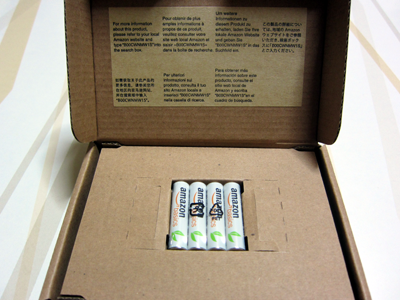 アマゾンループが入った箱を開けると中央に鎮座まします単4リチウム充電池 4 本