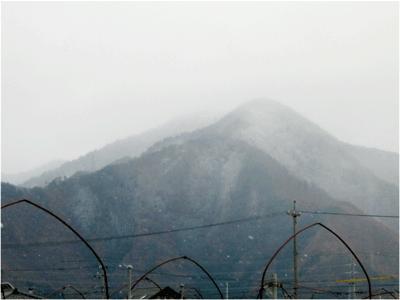 しぐれて山にうっすらと雪